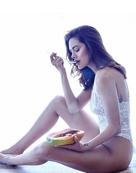 esha-gupta-eating-papapya
